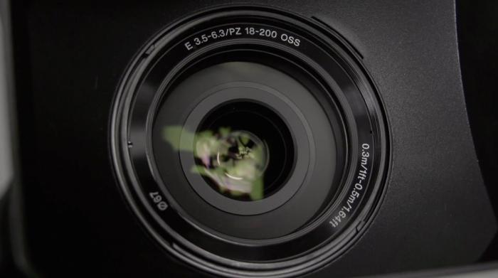 El objetivo Sony E PZ 3.5-6.3/18-200mm OSS incluido en el kit de cámara.