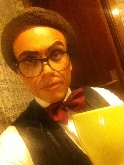 Herr professorr compartiendo una de sus habituales tazas de té etrusco.