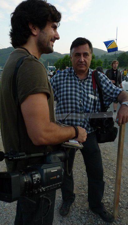 Hernán Zin junto a Gervasio Sánchez, otro de los ponentes de Fotogenio 2013, en Potocari, horas antes del comienzo del 15 Aniversario de la Masacre de Srebrenica.