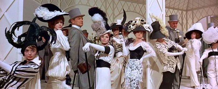 """""""My fair lady"""" (George Cukor, 1964) adolece quizá de un exceso de teatralidad y doblarla voz de Audrey Hepburn en los números musicales hace que la versión estrenada perdiera gran parte de su frescura.Con todo, Cukor era mucho Cukor, Rex Harrison bordó el papel de su vida (aunque yo creo que en """"Cleopatra"""" estaba excelso) y filmar en Super Panavision 70 permitió que el bueno de Cecil Beaton dejara a medio planeta patitieso con su vestuario."""