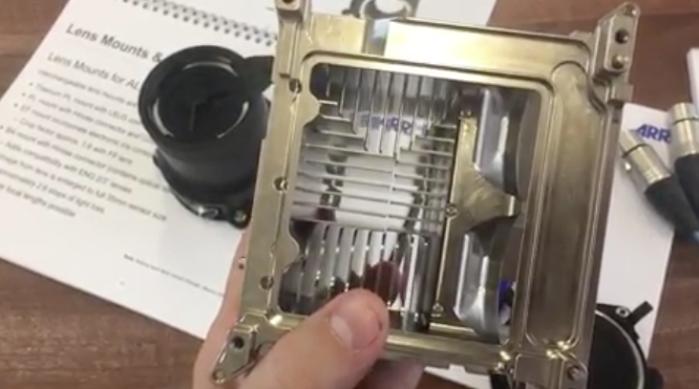 Este es el aspecto que tiene el chasis interno de una AARI ALEXA Mini, destinado íntegramente a disipar el calor y a permitir el flujo de aire separado de los circuitos.